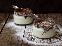 Dessert in un vetro su un fondo di legno Fotografia Stock
