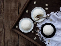 Dessert in un vetro su un fondo di legno Fotografie Stock