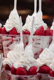 Dessert van aardbeien met roomclose-up royalty-vrije stock foto's