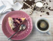 Dessert van bosbessen en kwark op een houten lichte achtergrond met koffie Het dessert van het de zomerfruit Mening van hierboven royalty-vrije stock afbeeldingen