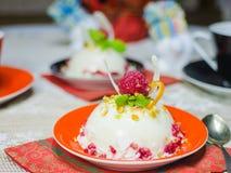 Dessert van witte chocolade met raspberrie stock foto