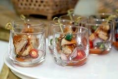 Dessert in vetro per il partito, il mini cocktail, i dessert e gli spuntini per la festa nuziale immagini stock