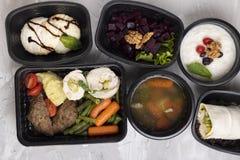 Dessert voor ontbijt, koteletten en gestoomde groenten voor lunch, kippenrool voor diner royalty-vrije stock afbeeldingen