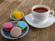 Dessert yummy zoete kleurrijke koekjes en makarons royalty-vrije stock afbeelding