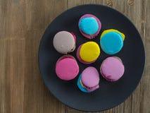 Dessert yummy zoete kleurrijke koekjes en makarons stock afbeeldingen