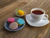 Dessert yummy zoete kleurrijke koekjes en makarons royalty-vrije stock foto