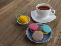 Dessert yummy zoete kleurrijke koekjes en makarons stock foto