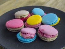 Dessert yummy zoete kleurrijke koekjes en makarons stock fotografie