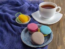 Dessert yummy zoete kleurrijke koekjes en makarons royalty-vrije stock foto's