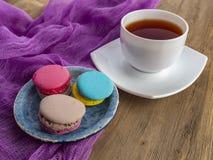 Dessert yummy zoete kleurrijke koekjes en makarons royalty-vrije stock fotografie