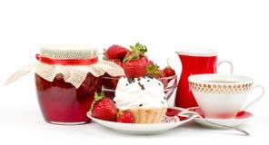 Dessert - zoete cake met aardbei en kers Stock Afbeeldingen