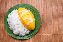 Dessert zoete kleverige rijst met mangokokosmelk Royalty-vrije Stock Fotografie