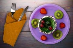 Dessertcake met kiwi en aardbeien op een houten achtergrond Royalty-vrije Stock Fotografie