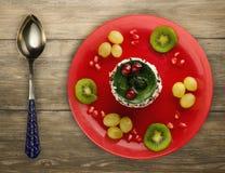 Dessertcake met kiwi en aardbeien op een houten achtergrond Royalty-vrije Stock Foto