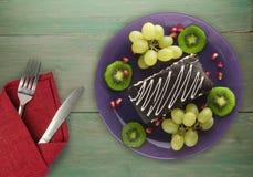 Dessertcake met kiwi en aardbeien op een houten achtergrond Royalty-vrije Stock Afbeelding