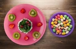 Dessertcake met kiwi en aardbeien op een houten achtergrond Stock Afbeeldingen