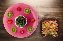 Dessertcake met kiwi en aardbeien op een houten achtergrond Royalty-vrije Stock Afbeeldingen