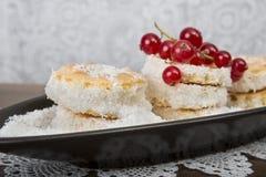 Dessertcakes en rode kersen Stock Foto's