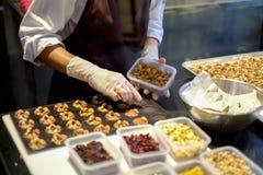 Dessertchef-kok die melkchocola en amandelvoorgerecht voorbereiden royalty-vrije stock foto's