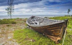 Desserted oude boot in een overweldigende overzeese kustlijn met mooi landschap en panoromic mening met horizon stock foto's