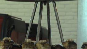 Dessertheuvel bij het buffet in het restaurant van het vijfsterrenhotel in Kranevo, Bulgarije stock video