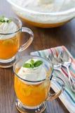 Dessertkoppen van ouderwets opstijvenen-O met romig royalty-vrije stock fotografie
