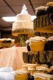 Desserts à un mariage se concentrant dedans sur des petits gâteaux image libre de droits