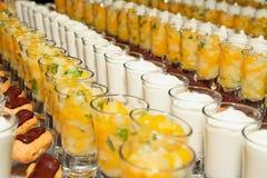 Desserts in cocktailglazen Stock Afbeeldingen