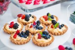 Desserts colorés fournis dans des pots en verre Photo libre de droits