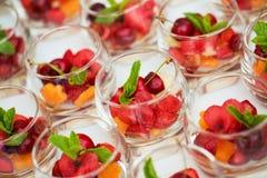 Desserts colorés fournis dans des pots en verre Photographie stock libre de droits