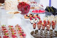 Desserts colorés fournis dans des pots en verre Image libre de droits