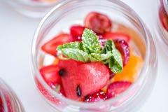 Desserts colorés fournis dans des pots en verre Image stock