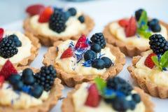 Desserts colorés fournis dans des pots en verre Images libres de droits