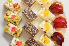 Desserts décoratifs miniatures Images stock