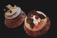 Desserts d'orange et de chocolat avec de la crème blanche, les canneberges fraîches et les décorations de chocolat photo stock