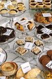 Desserts dans l'hublot de boulangerie Photographie stock