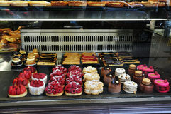 Desserts dans la fenêtre de boulangerie Images libres de droits