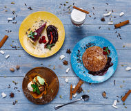 Desserts de restaurant Crêpes, crème glacée, vue supérieure de gâteau au fromage sur le bois images stock