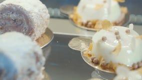 Desserts die die op de lijst liggen, voor het buffet, banket op het lijstclose-up wordt gediend Chocoladebroodjes en melkcakes op stock videobeelden