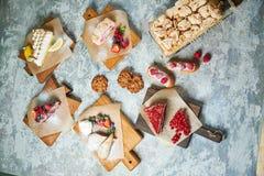 Desserts doux assortis Vue sup?rieure Fond texturis? gris Beaux plats de portion Dessert Cha?ne alimentaire images libres de droits