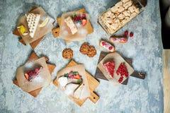 Desserts doux assortis Vue sup?rieure Fond texturis? gris Beaux plats de portion Dessert Cha?ne alimentaire images stock