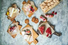 Desserts doux assortis Vue sup?rieure Fond texturis? gris Beaux plats de portion Dessert Cha?ne alimentaire photographie stock