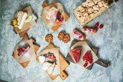 Desserts doux assortis Vue sup?rieure Fond texturis? gris Beaux plats de portion Dessert Cha?ne alimentaire image stock