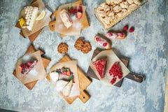 Desserts doux assortis Vue sup?rieure Fond texturis? gris Beaux plats de portion Dessert Cha?ne alimentaire photographie stock libre de droits