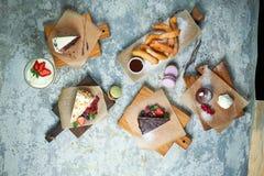 Desserts doux assortis Vue sup?rieure Fond texturis? gris Beaux plats de portion Dessert Cha?ne alimentaire photo libre de droits