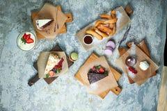Desserts doux assortis Vue sup?rieure Fond texturis? gris Beaux plats de portion Dessert Cha?ne alimentaire image libre de droits