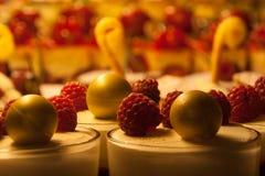 Desserts in een Patisserievenster Stock Foto