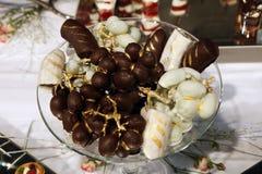 Desserts et pâtisserie servis sur une noce Photo stock