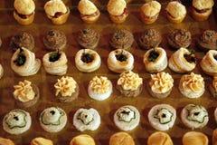 Desserts et pâtisserie servis sur une noce Photographie stock libre de droits