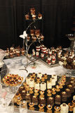 Desserts et pâtisserie servis sur une noce Photographie stock
